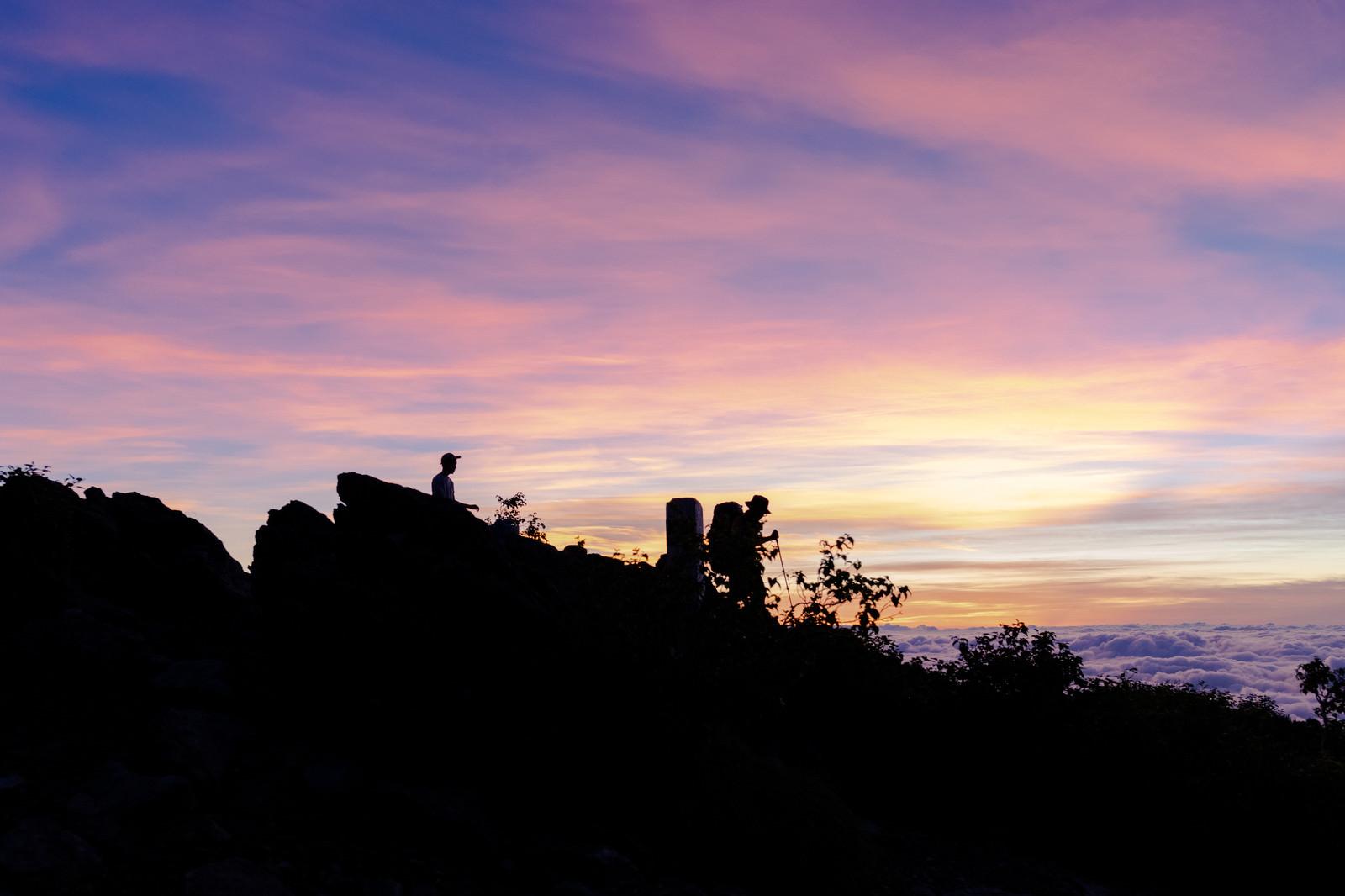 「千枚岳で朝日を拝む登山者達」の写真