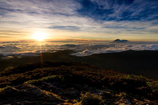 朝日に照らされる雲海と千枚岳(南アルプス)の写真