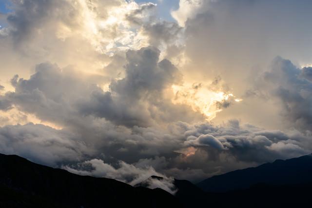 夕日の光と神々しい雲(南アルプス)の写真
