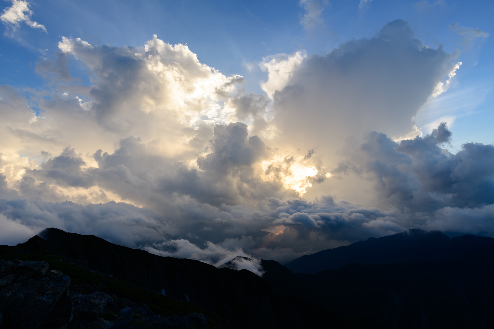 「雲の中から溢れ出る太陽の光(南アルプス)」の写真