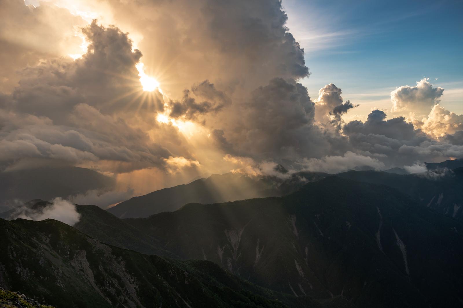 「雲の合間から降り注ぐ光(南アルプス)」の写真