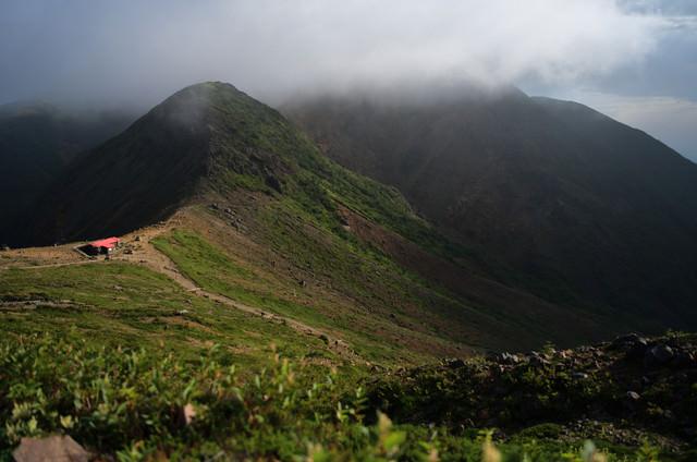 霧の中の那須岳避難小屋の写真