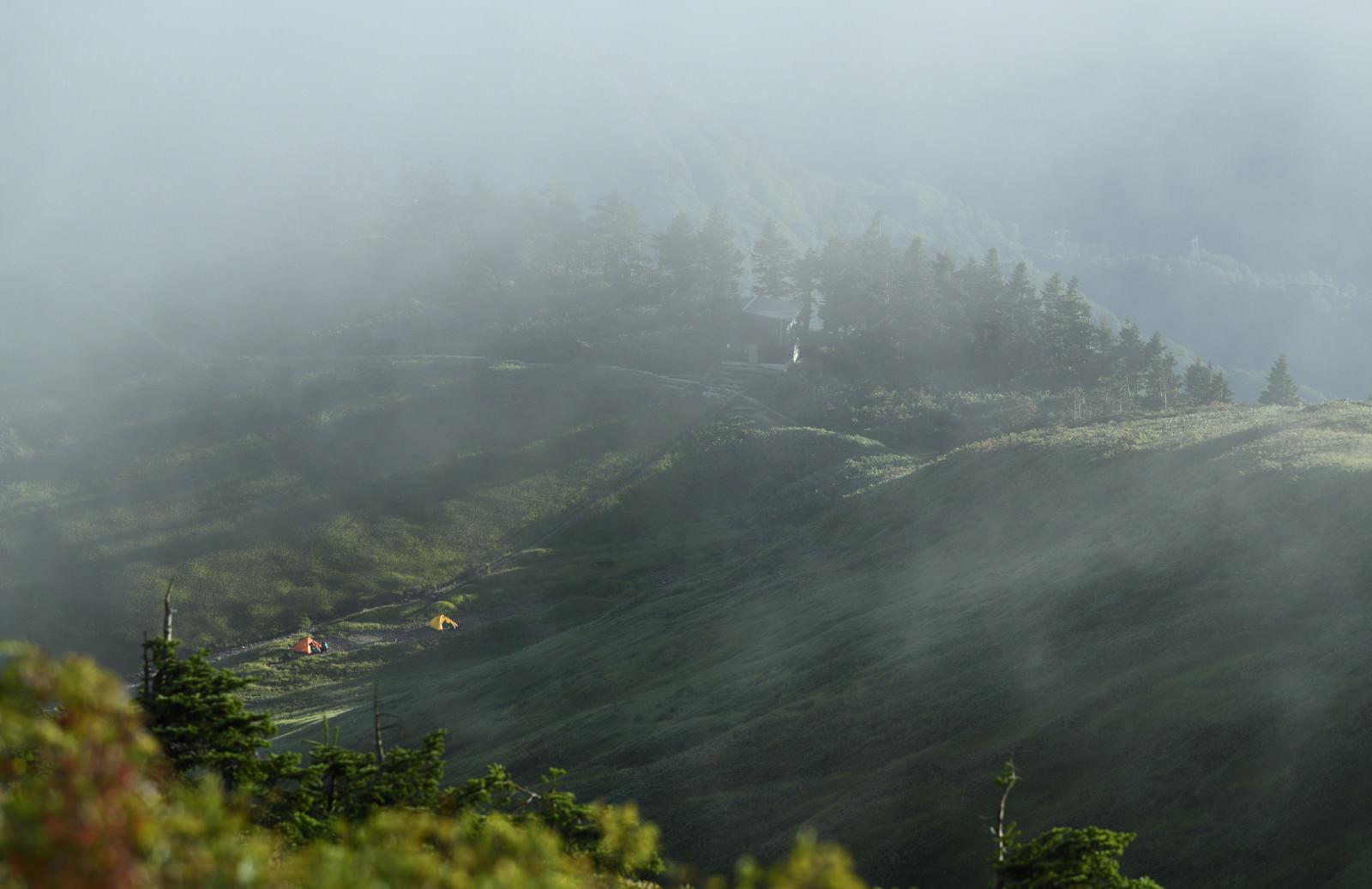 「雲に包まれゆく巻機山避難小屋」の写真