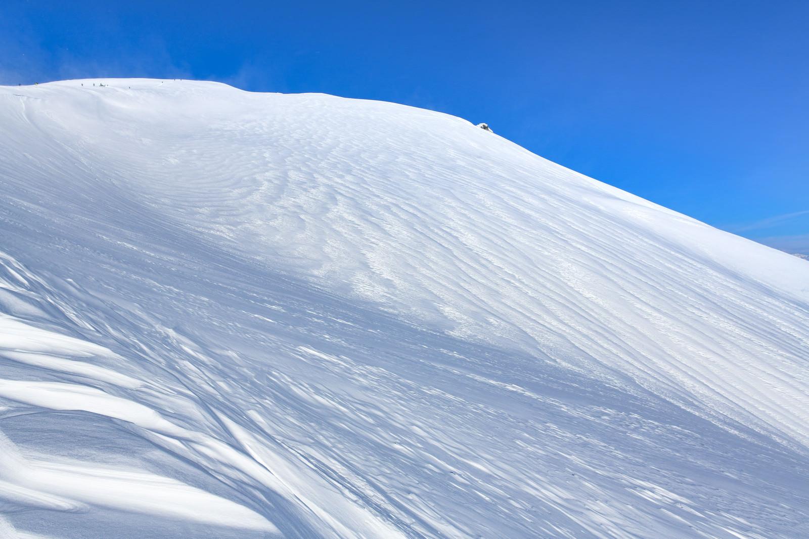 「まっさらな雪に覆われた谷川岳(三国山脈)」の写真