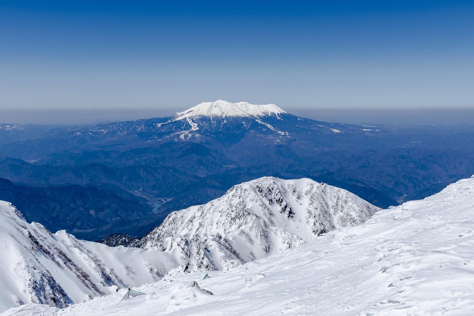 「冠雪する御嶽山(おんたけさん)」の写真