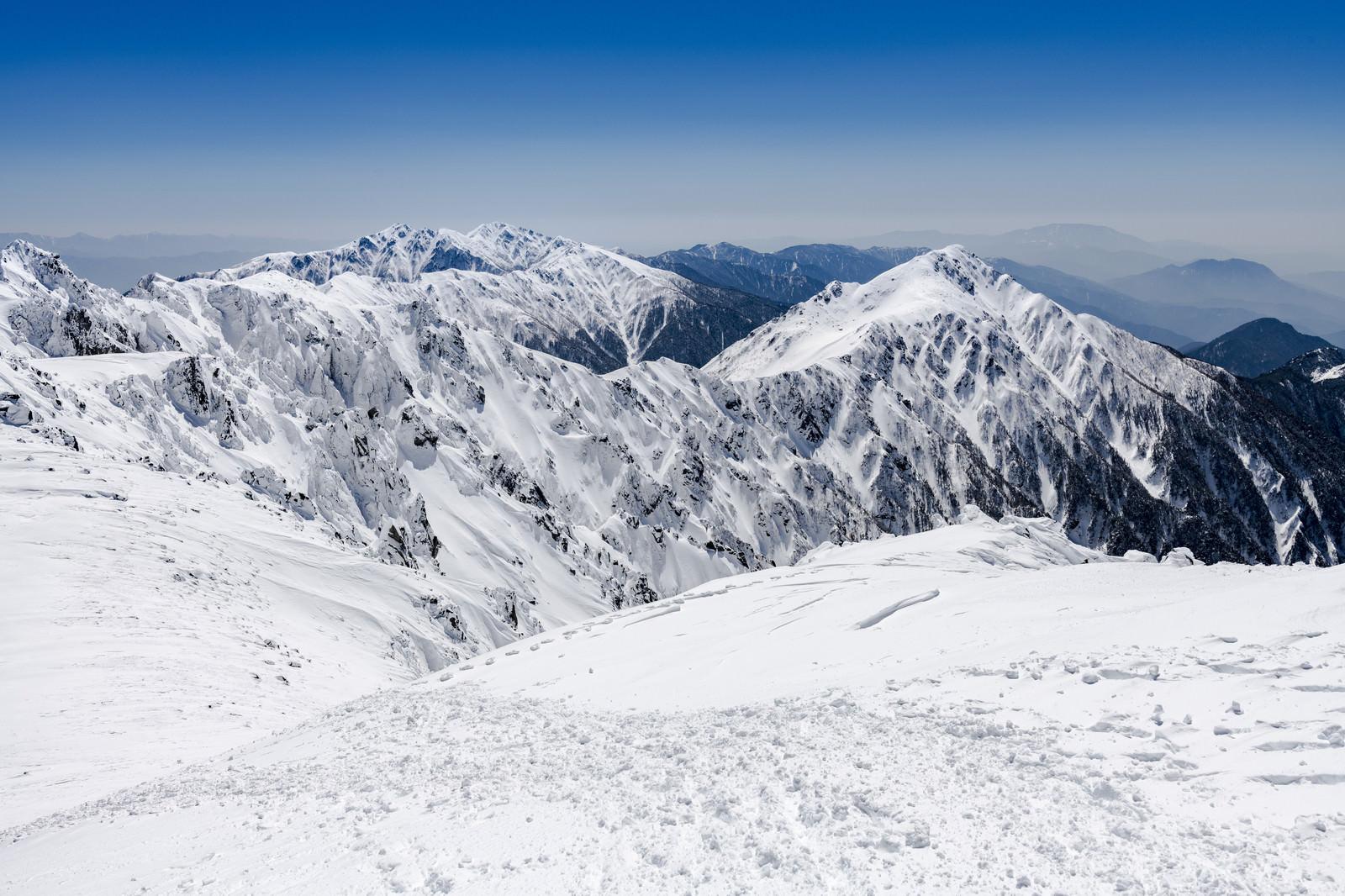 「積雪する中央アルプスの稜線」の写真