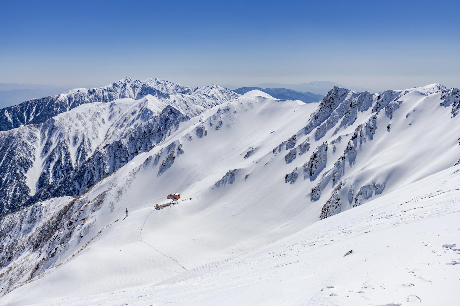「冬の千畳敷カールとホテル千畳敷」の写真