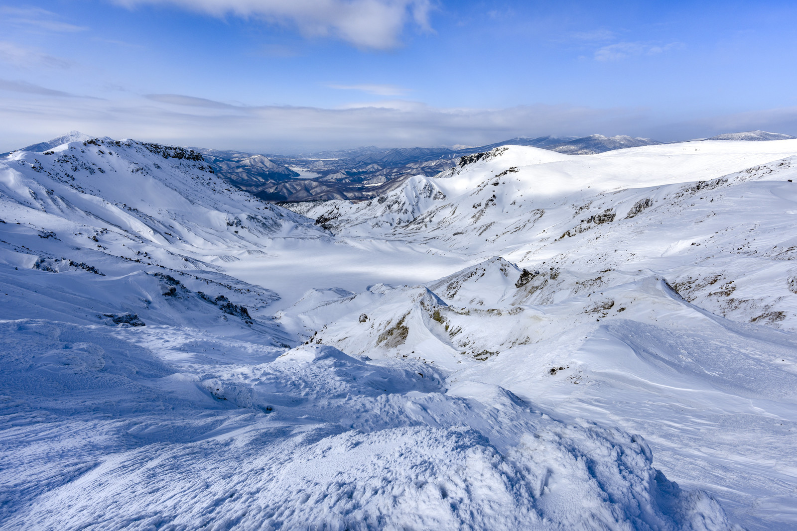 「雪に埋もれた爆裂火口(安達太良山)」の写真