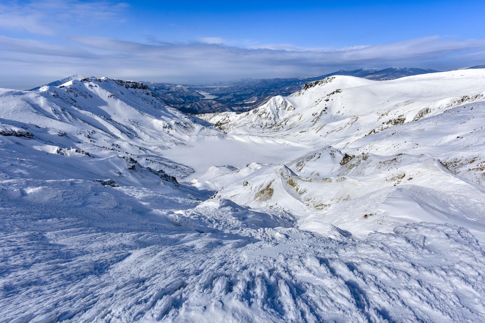「雪化粧した爆裂火口(安達太良山)」の写真