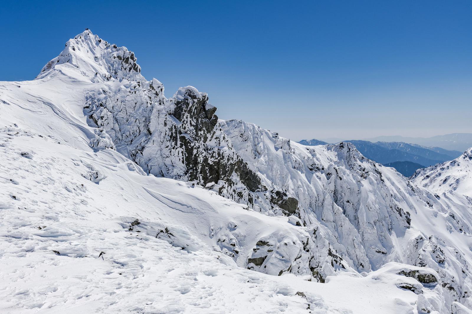 「宝剣岳の頂に立つ登頂者(木曽山脈)」の写真