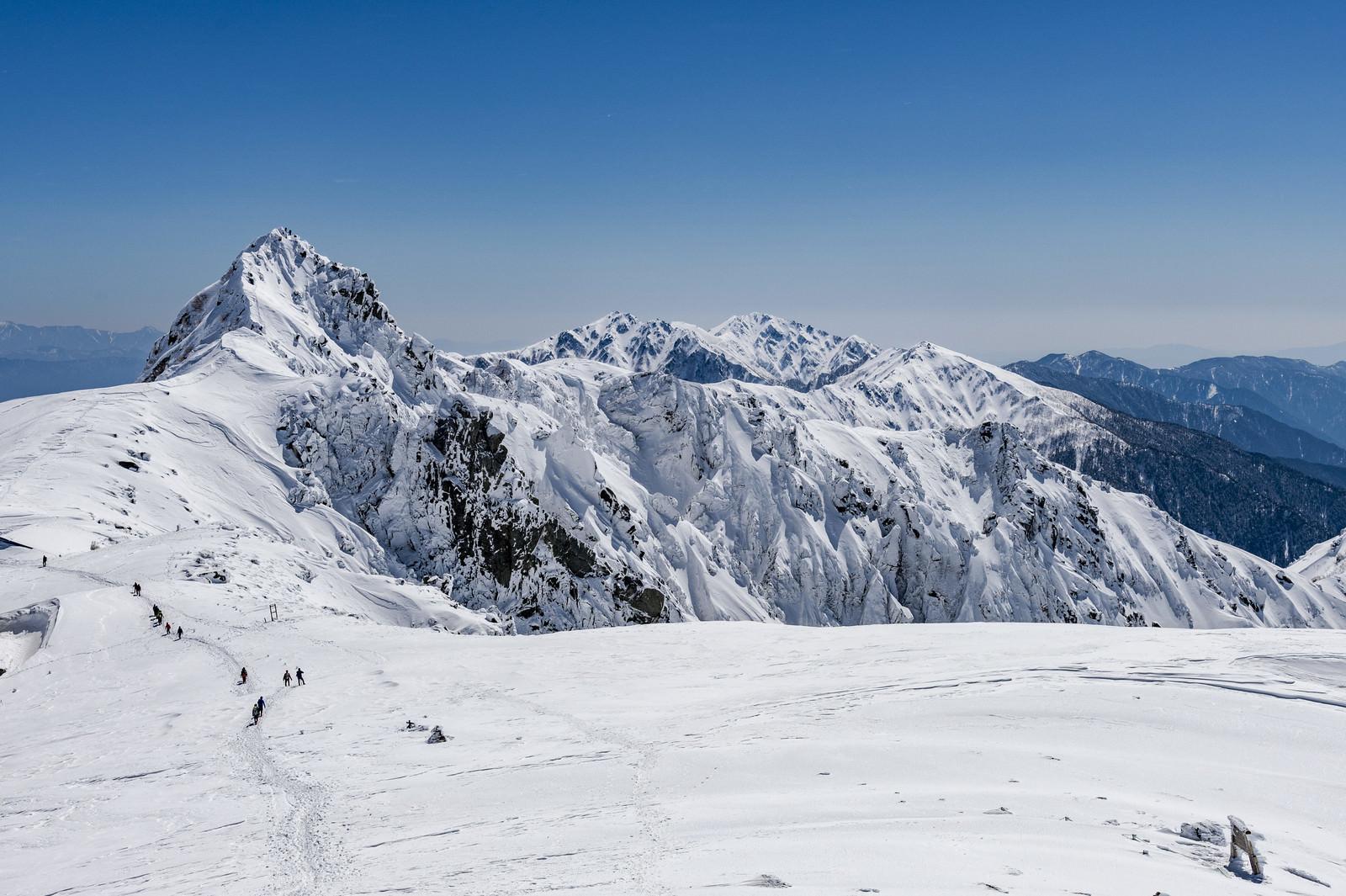 「登山者で賑わう冬の木曽駒ヶ岳」の写真