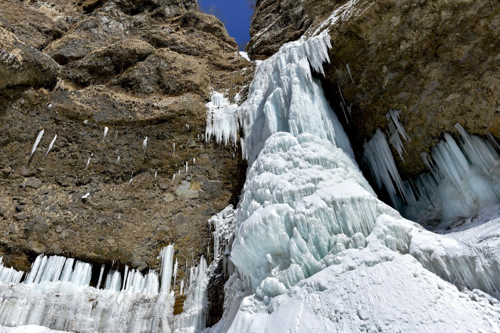 「下から見上げた雲竜瀑(氷瀑)」の写真