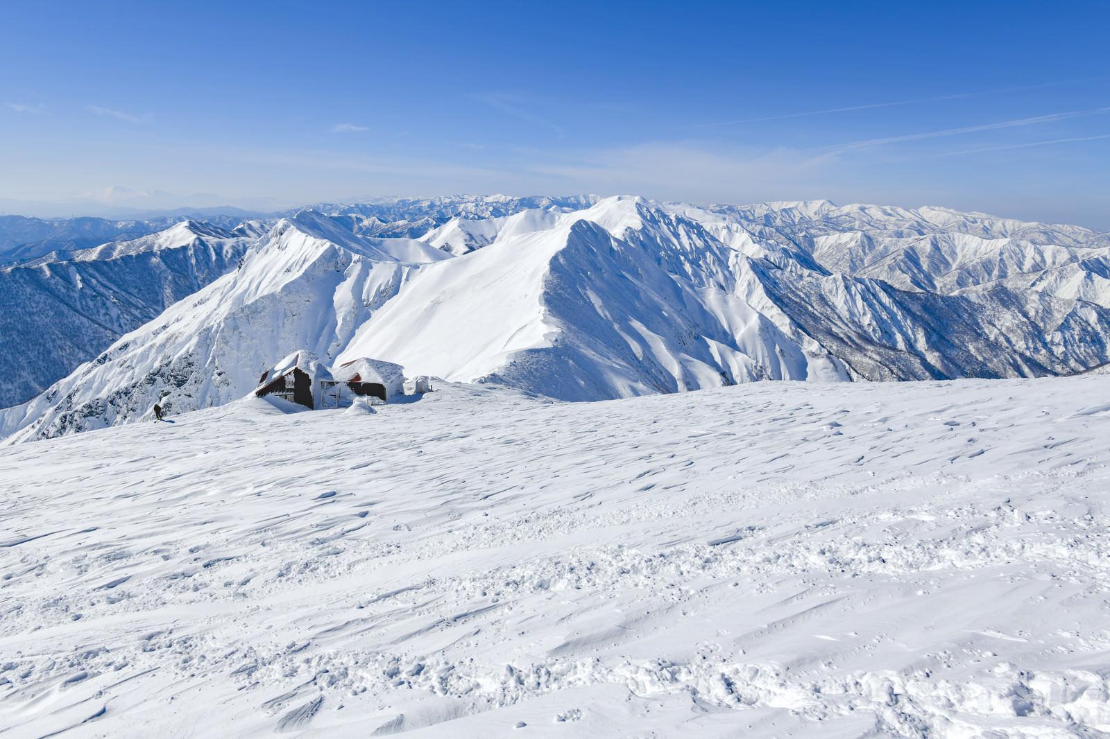 「谷川岳肩の山小屋と主脈」の写真