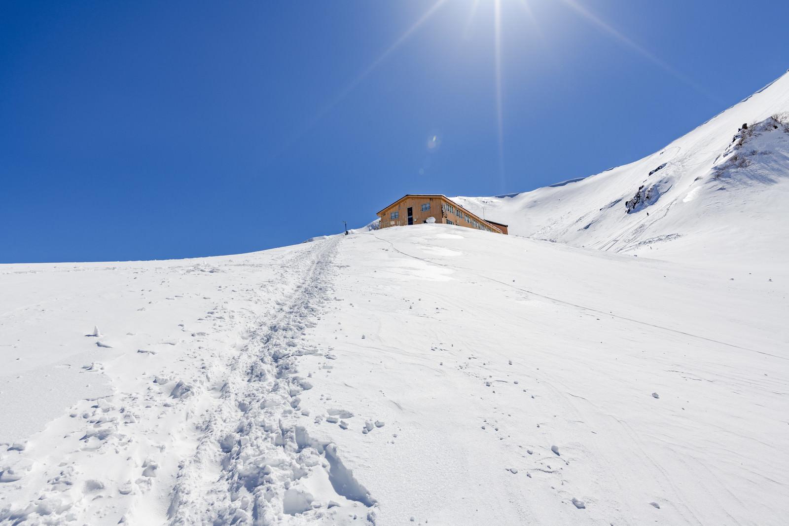 「雪原の山小屋への帰り道」の写真