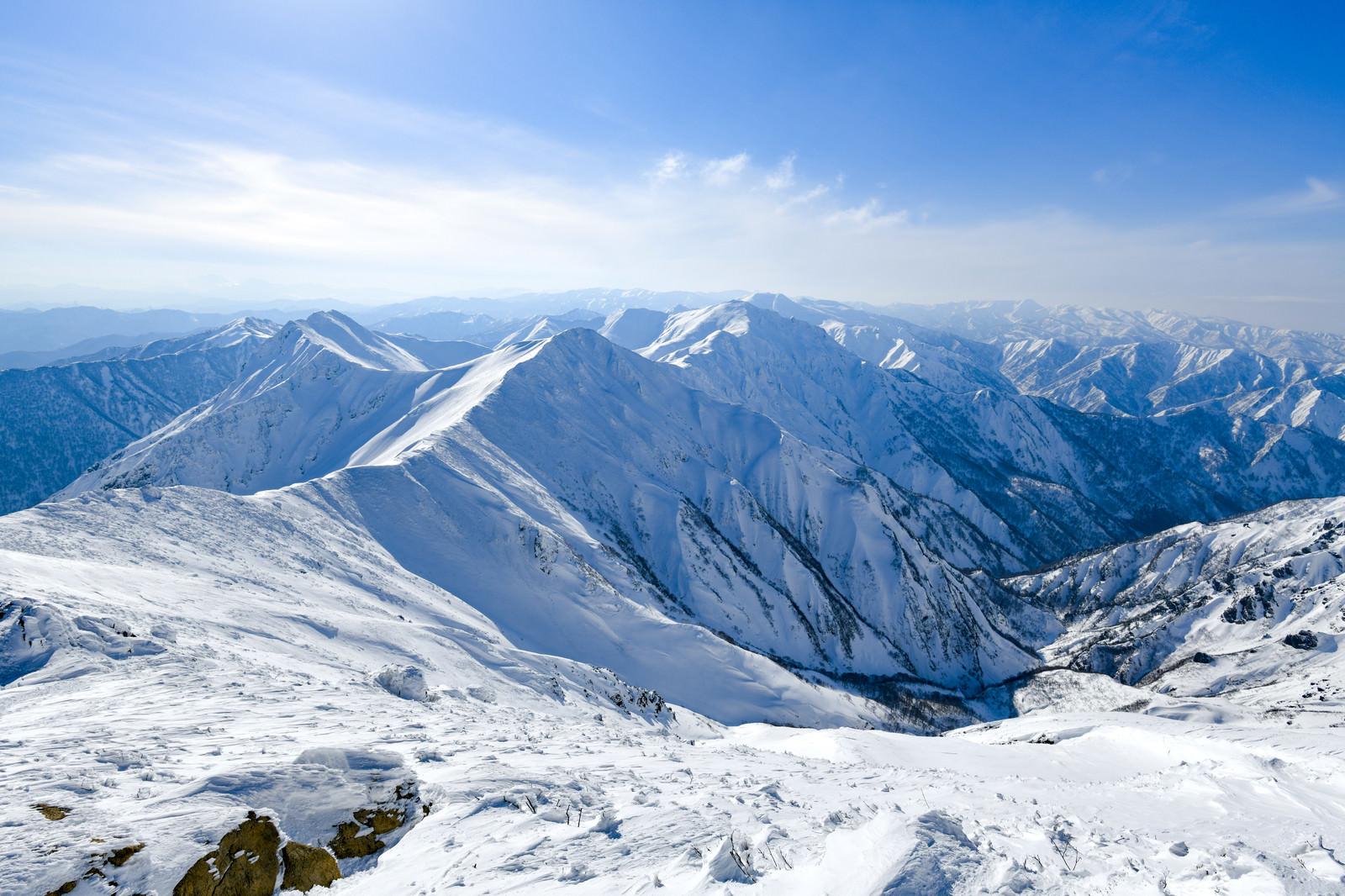 「青く染まる冬の谷川岳主脈」の写真