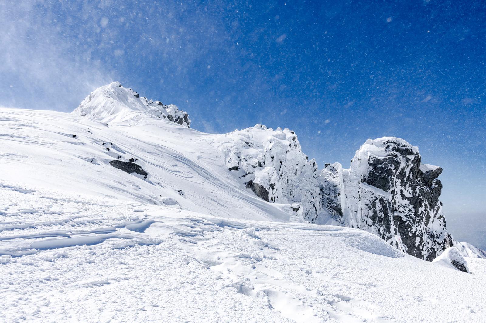「風雪舞う宝剣岳(木曽山脈)」の写真