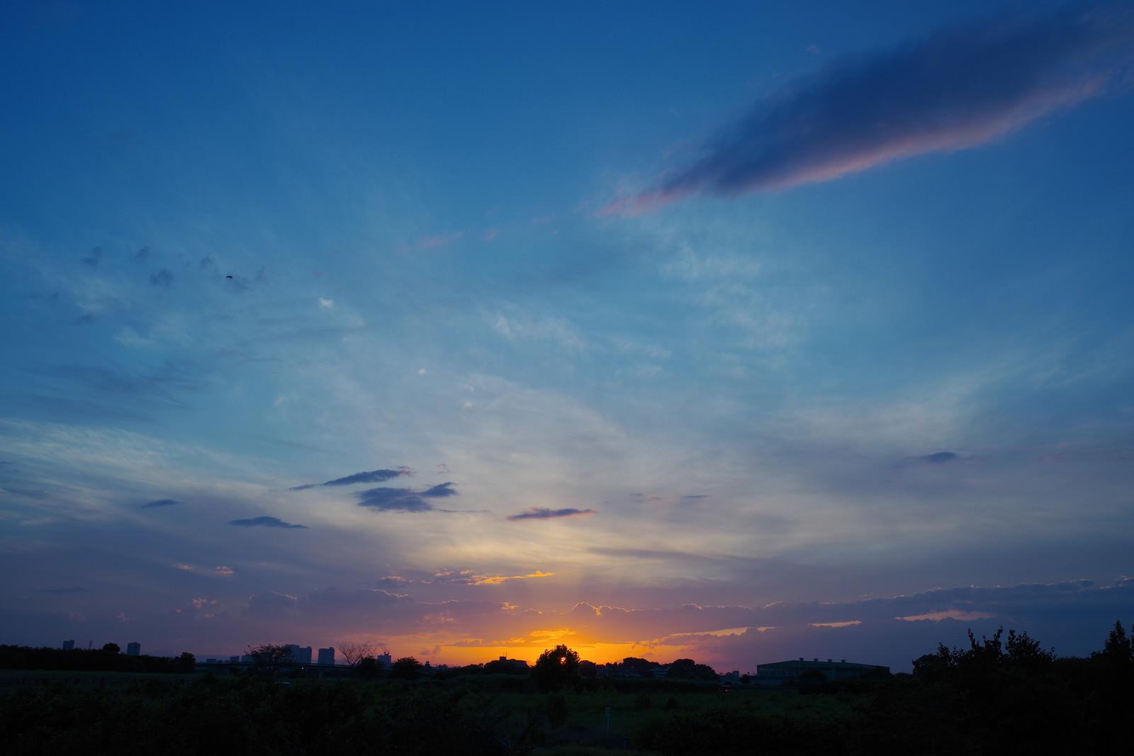 「夕焼けの最後の一瞬と青空」の写真