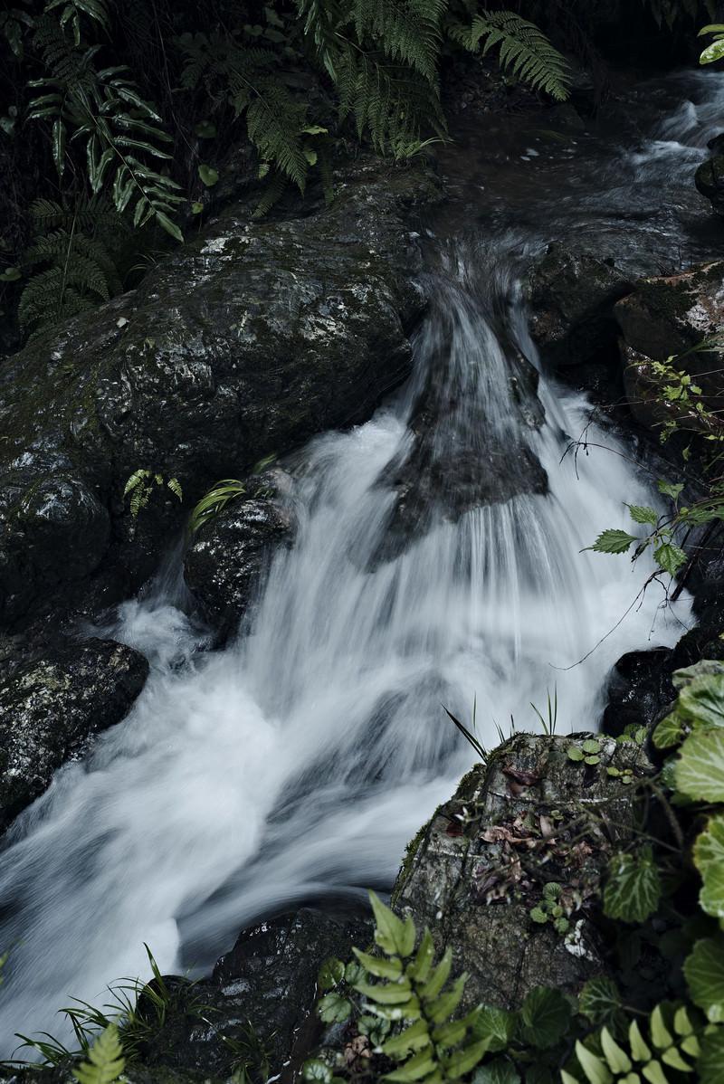 「田舎の小さな渓流の滝」の写真