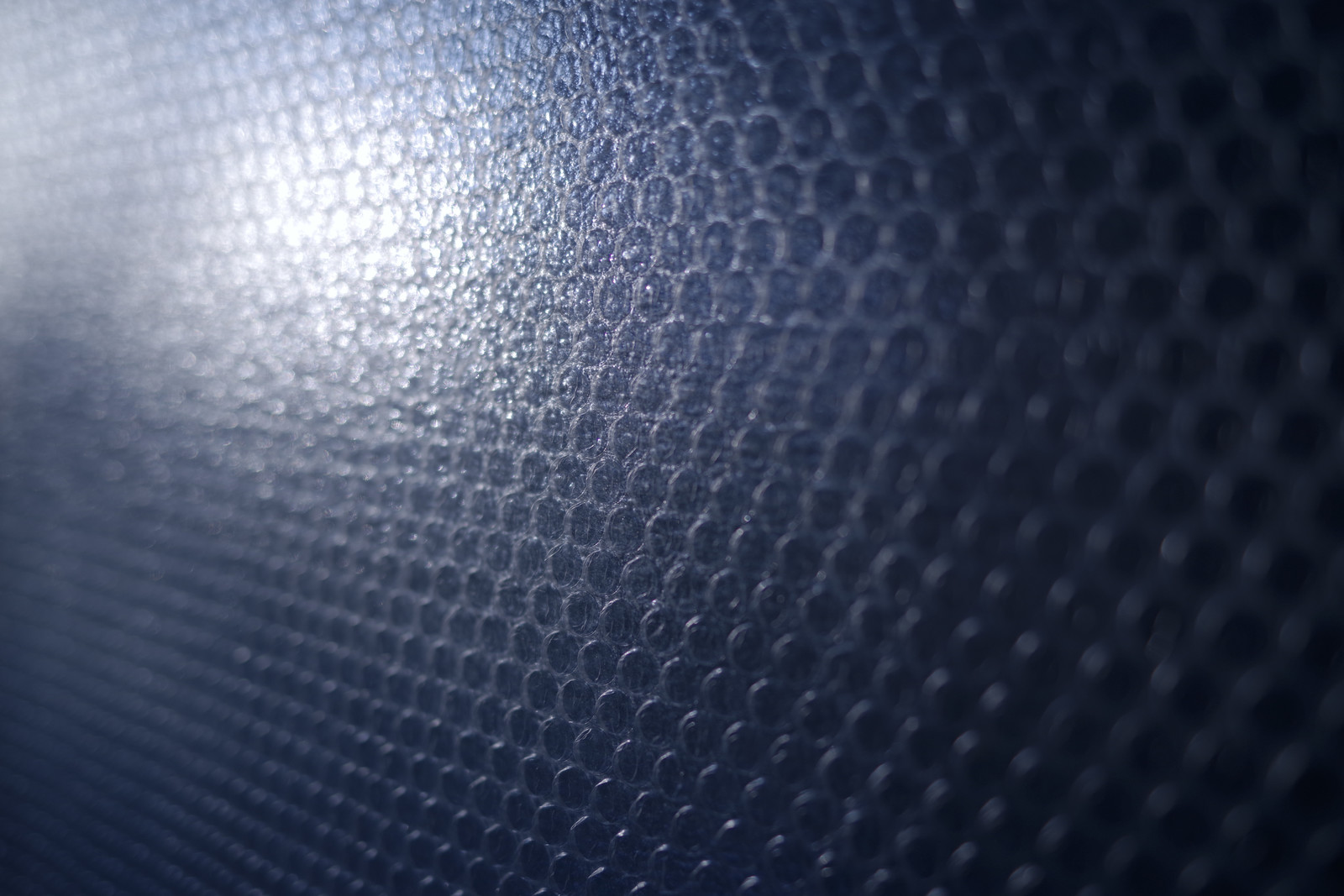 「壁一面を覆う緩衝材」の写真