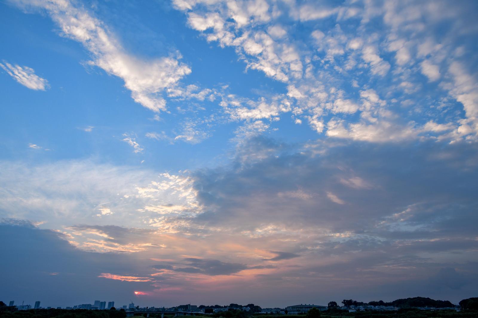 「夕日と青空が入り混じる」の写真