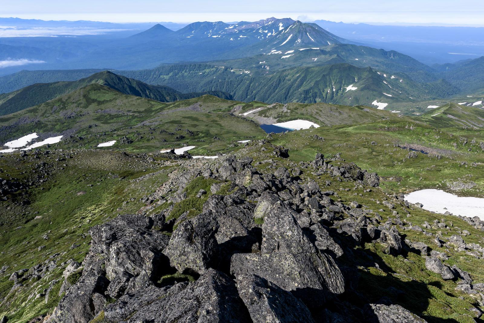 「トムラウシ山頂から十勝岳への稜線」の写真