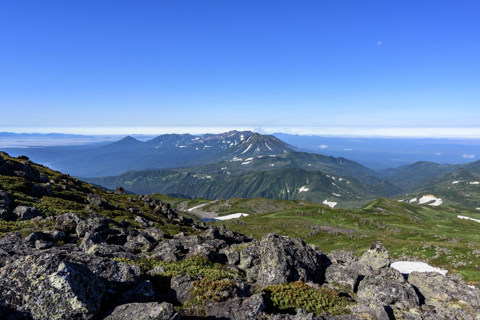「トムラウシ山頂から十勝岳方面を見る」の写真