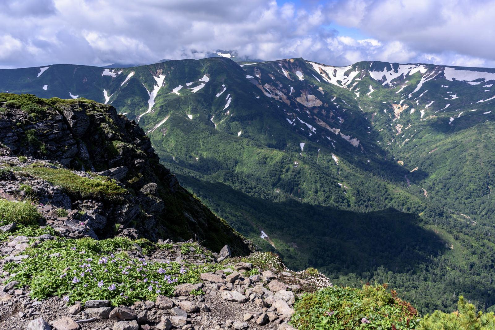 「忠別岳(ちゅうべつだけ)から見る化雲岳(かうんだけ)」の写真