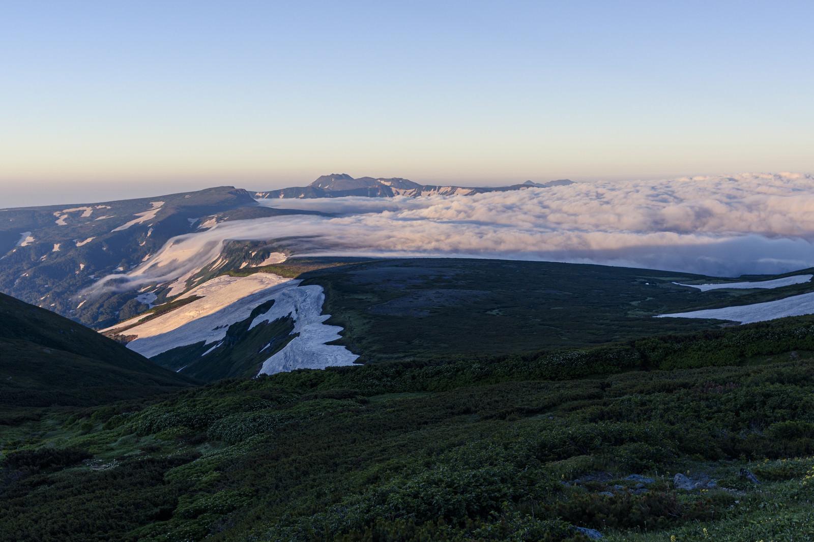 「高根ヶ原を駆ける滝雲となる雲海」の写真