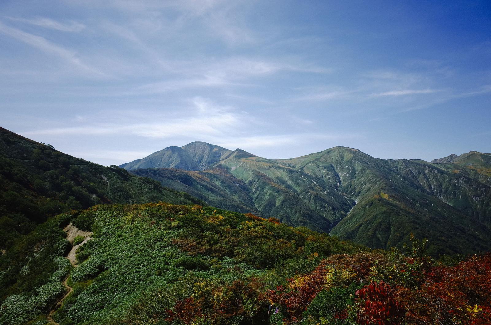 「古寺山から見る大朝日岳の稜線」の写真