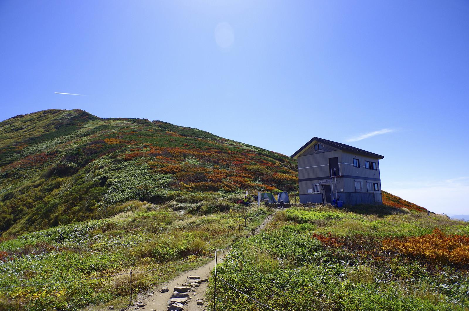 「大朝日岳避難小屋と山頂方面の景色」の写真