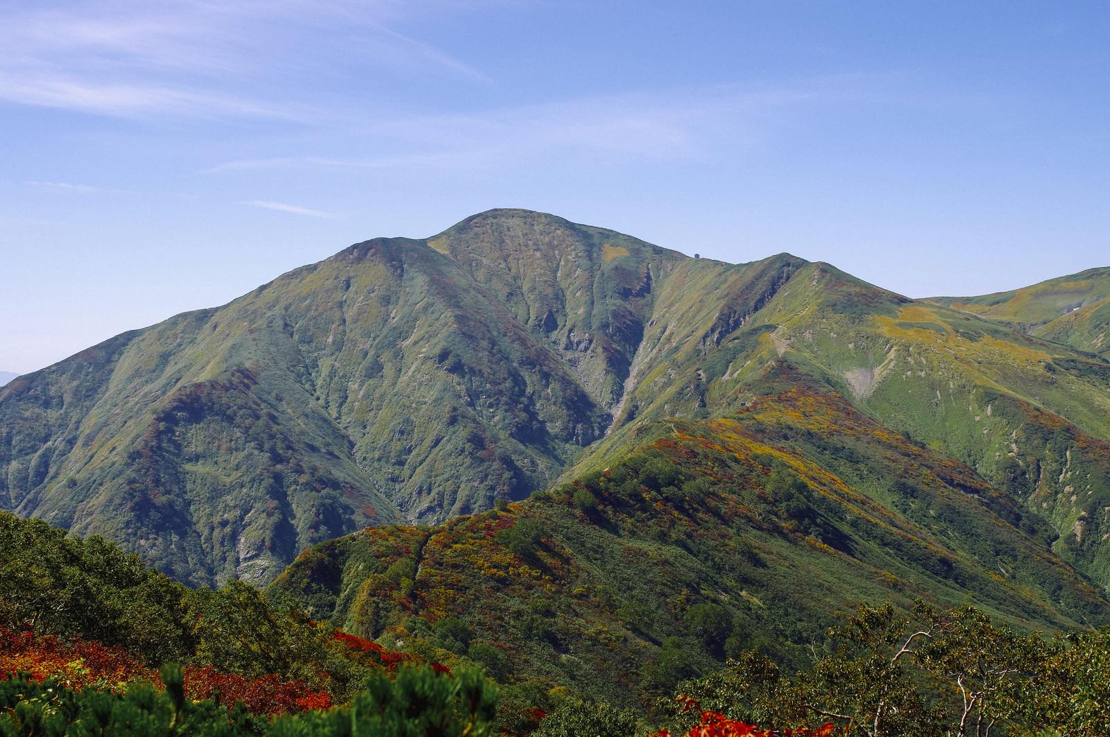 「気持ちのいい稜線が続く大朝日岳(おおあさひだけ)」の写真