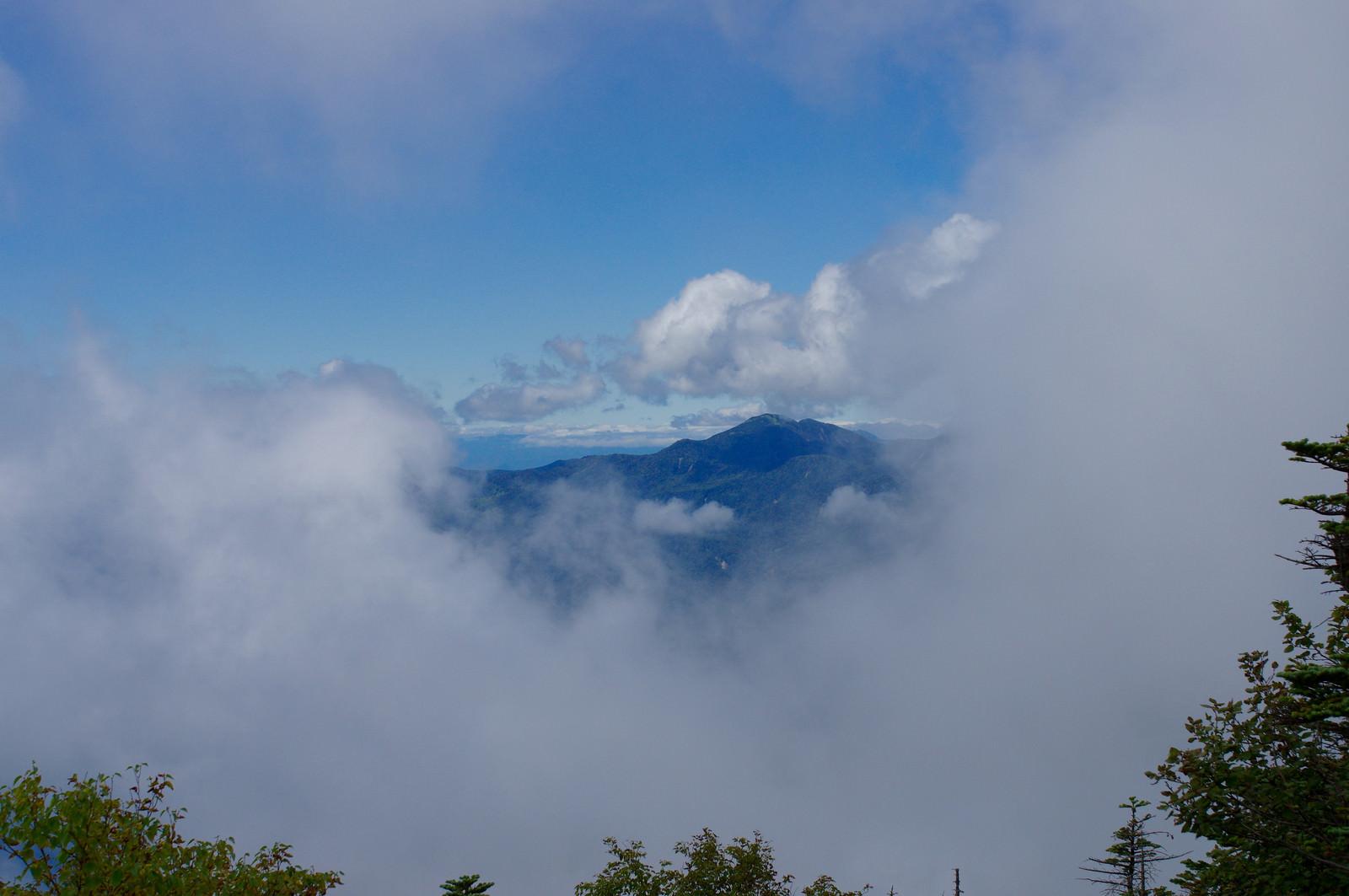 「ガスの向こうに見える太郎山(男体山)」の写真