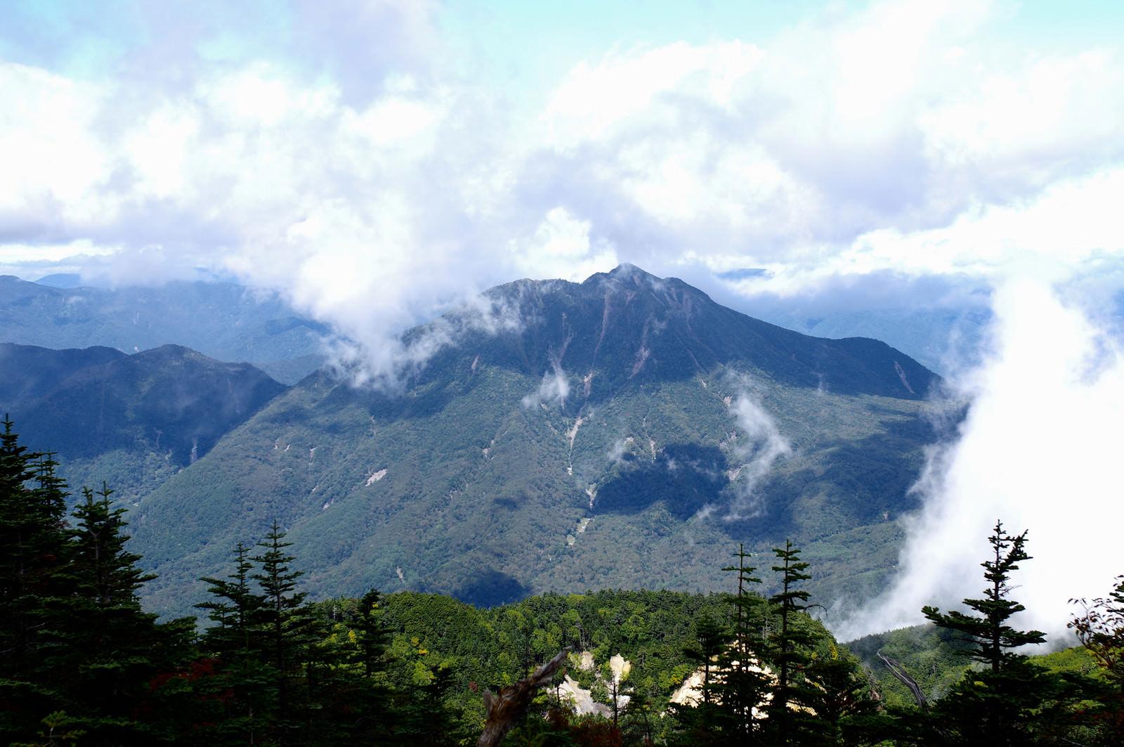「男体山山頂から見る太郎山(たろうさん)」の写真