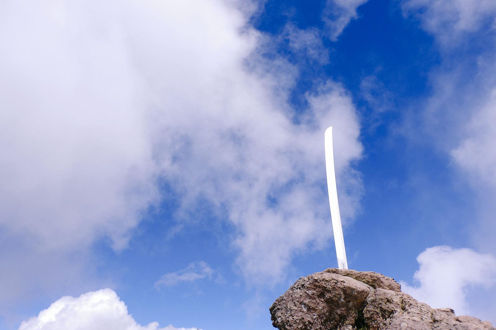 「男体山山頂の刀剣」の写真