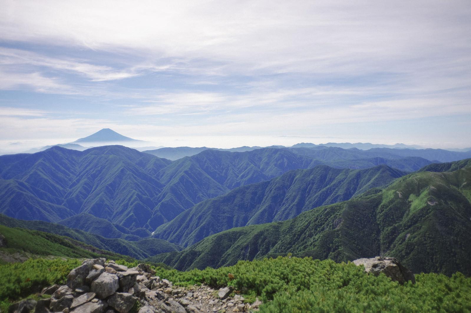 「聖岳山頂から見る南ア南部の山々の景色」の写真