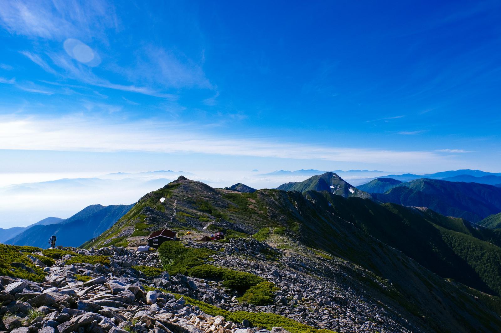 「大天井岳山頂から見る大天井岳の山荘(常念岳)」の写真