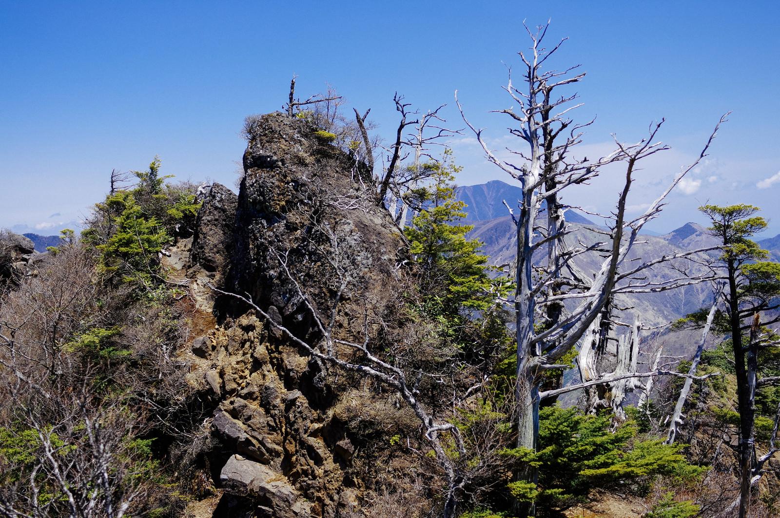 岩肌に作られた道を歩く皇海山クラシックルートのフリー素材