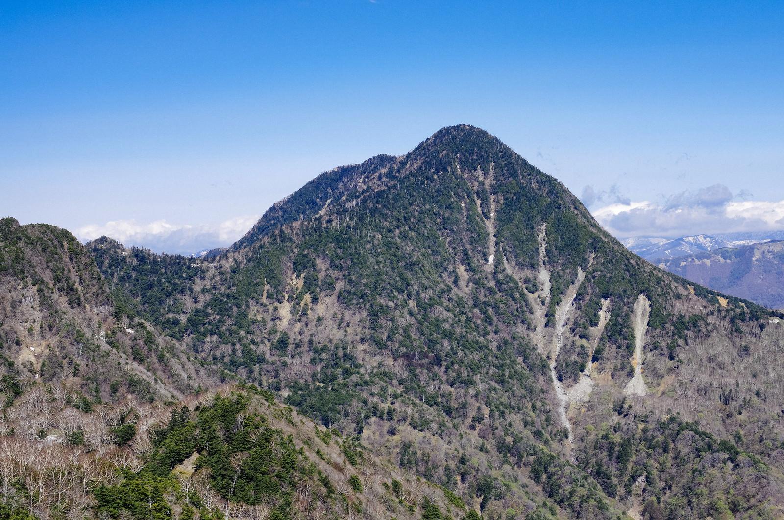 「庚申山山頂から見る皇海山(すかいさん)」の写真