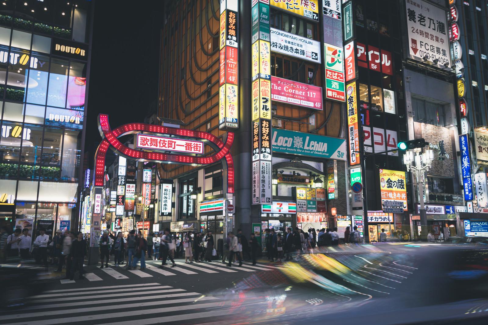 「夜の歌舞伎町一番街(正面)」の写真