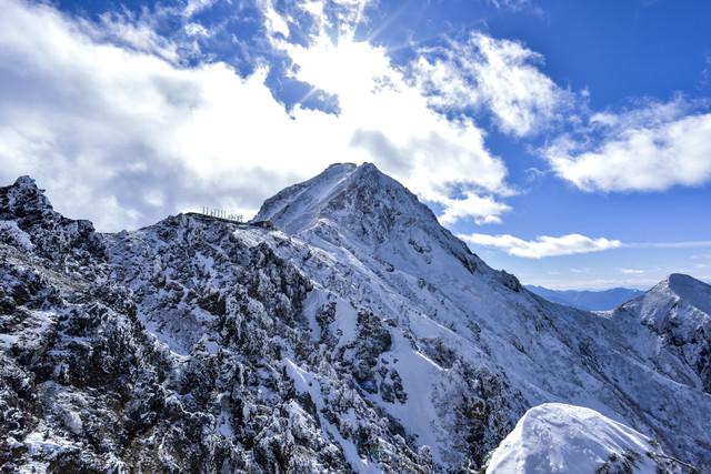 冬の地蔵尾根から眺める赤岳の写真