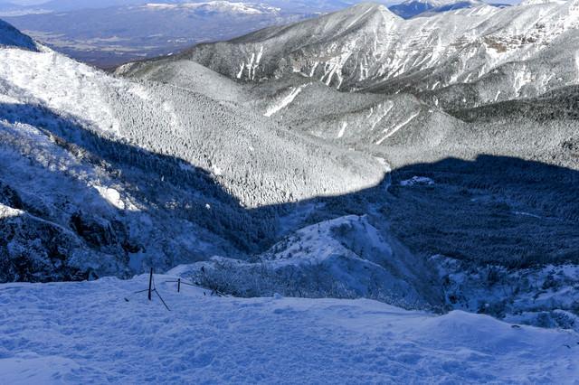 冬の文三郎尾根の登山道を見下ろすの写真