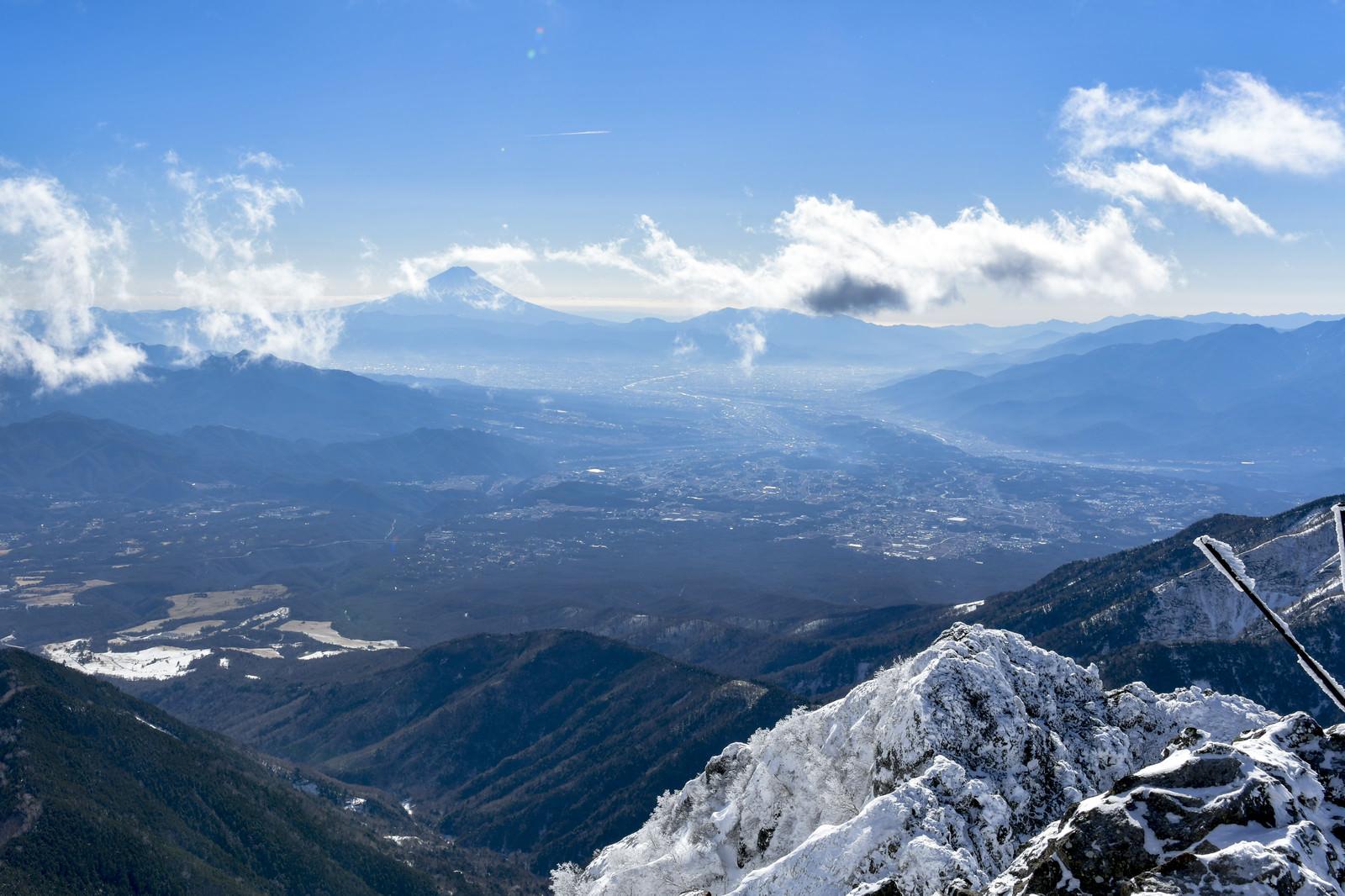 「冬の赤岳山頂から見る富士山」の写真