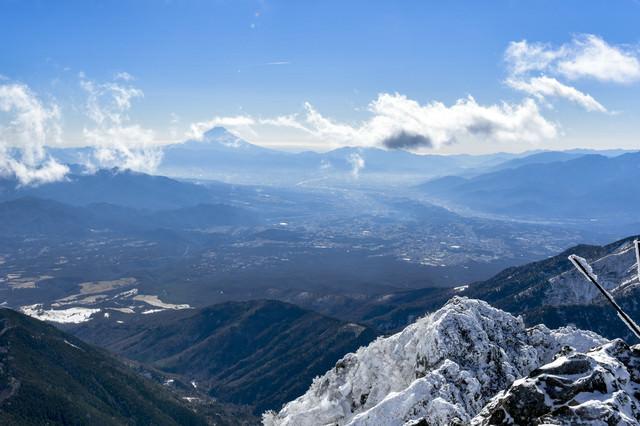 冬の赤岳山頂から見る富士山の写真