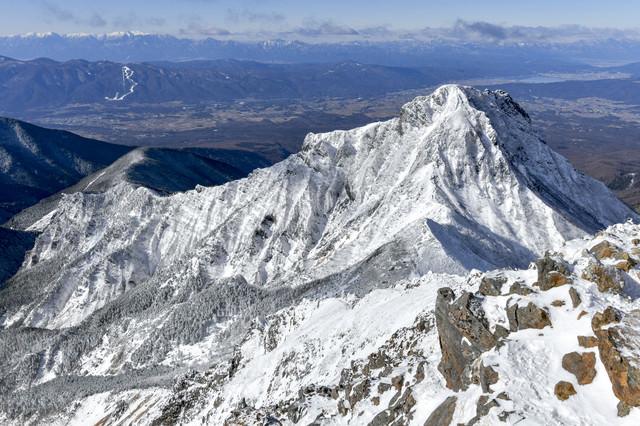 冬の阿弥陀岳と南アルプスの山々の写真