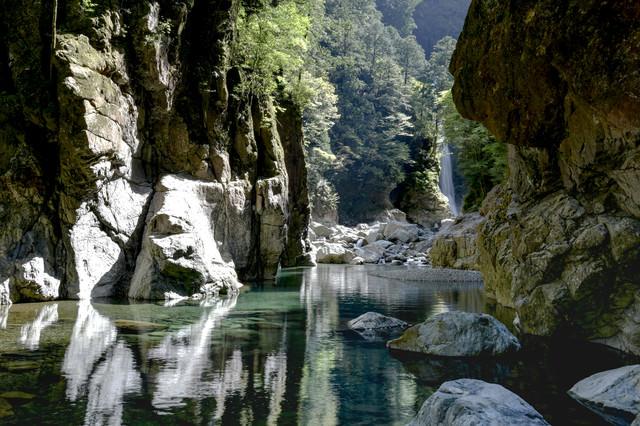シシ淵から流れ込む川に差し込む光り(大杉谷)の写真