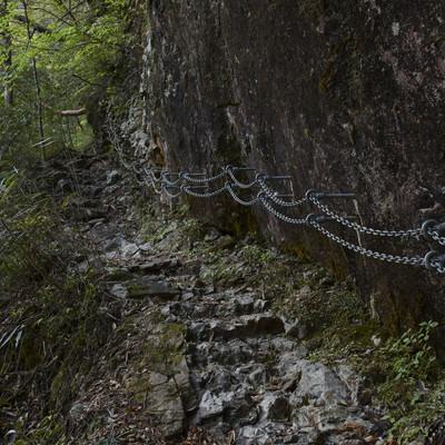 岩壁を登る鎖の手すり(大杉谷)の写真