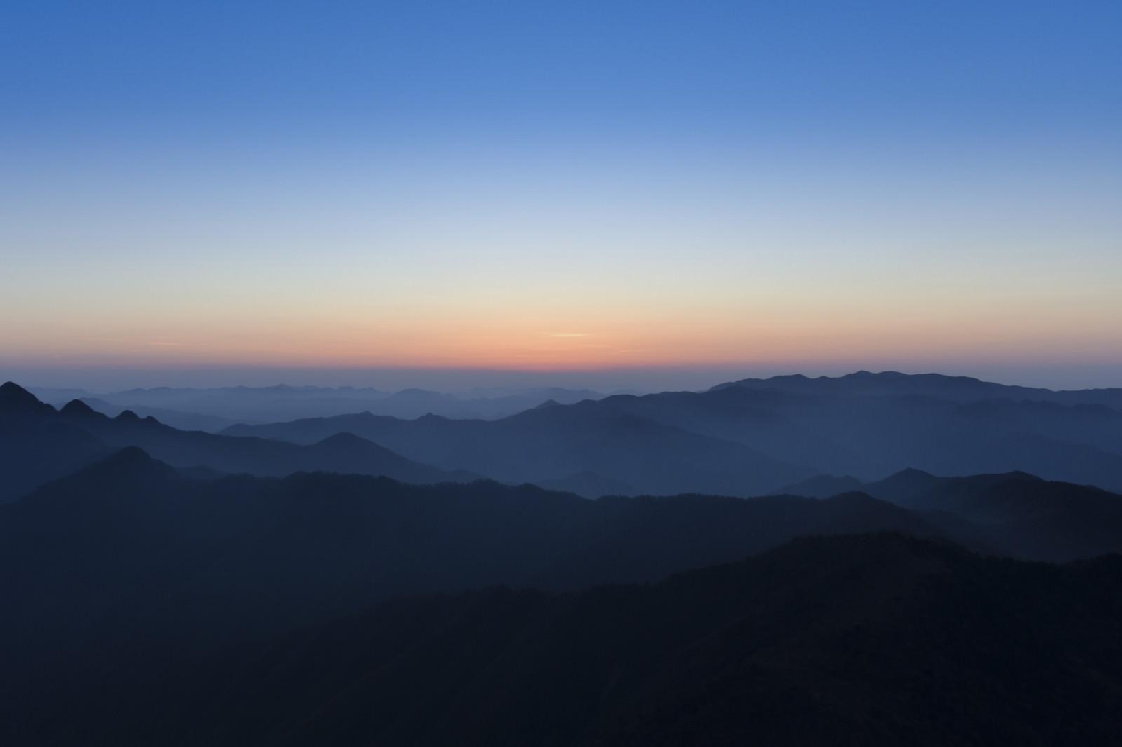 「大台ヶ原の朝焼けと近畿の山々」の写真