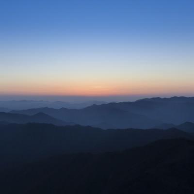 大台ヶ原の朝焼けと近畿の山々の写真