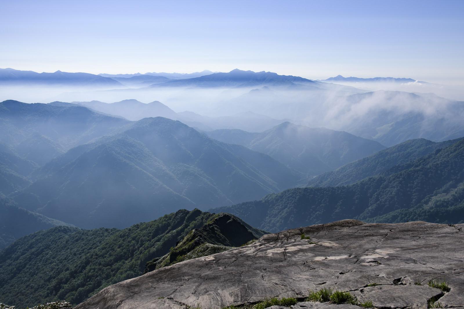 「西黒尾根から見る谷川南部の山々」の写真