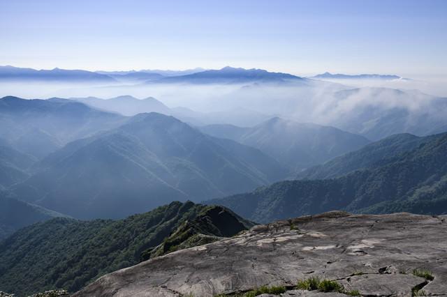 西黒尾根から見る谷川南部の山々の写真